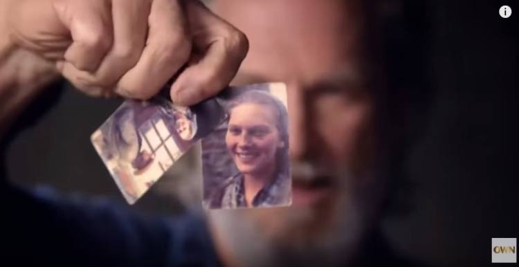 Jeff Bridges holds up photo of wife Susan on day they met