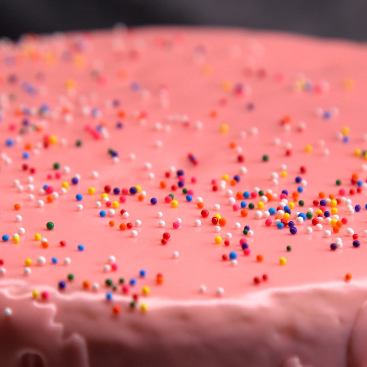 Frost an entire cake in 2 minutes with this life-changing frosting hack that makes cake decorating... a piece of cake!